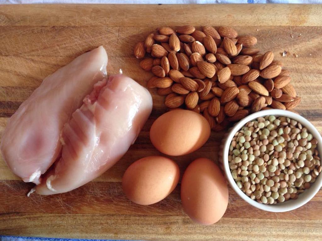 alimentos ricos em proteínas ajudam na manutenção da saúde dos fios, fortalecendo os cabelos e controlando a queda
