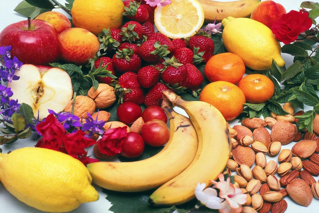 invista em alimentos saudáveis para combater a queda de cabelo