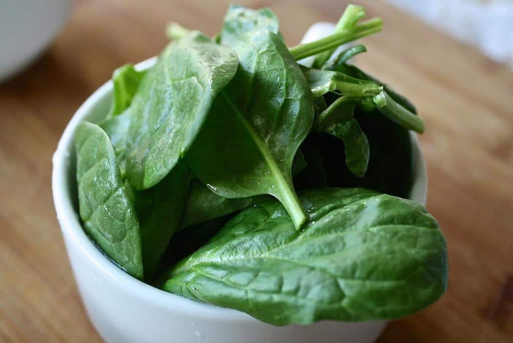 a vitamina E faz parte das vitaminas para queda de cabelo mais indicadas para tratamento anti queda, e pode ser facilmente encontrada em alimentos como o espinafre