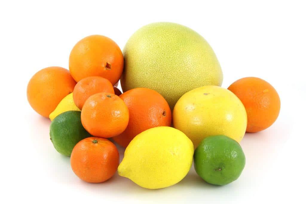 frutas cítricas são fontes ricas em vitamina C, um antioxidante natural que atua diretamente na saúde dos fios e auxilia no tratamento anti queda