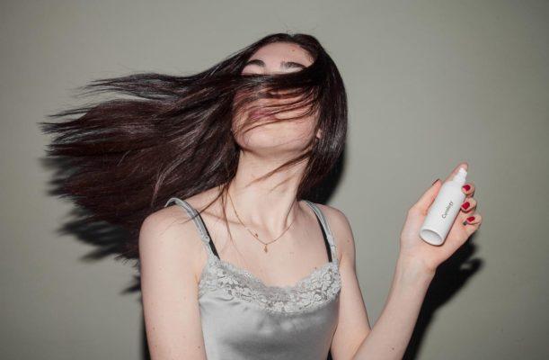 Para passar o vinagre de maçã nos cabelos, misture com água e coloque em um borrifador e aplique nos cabelos e couro cabeludo.