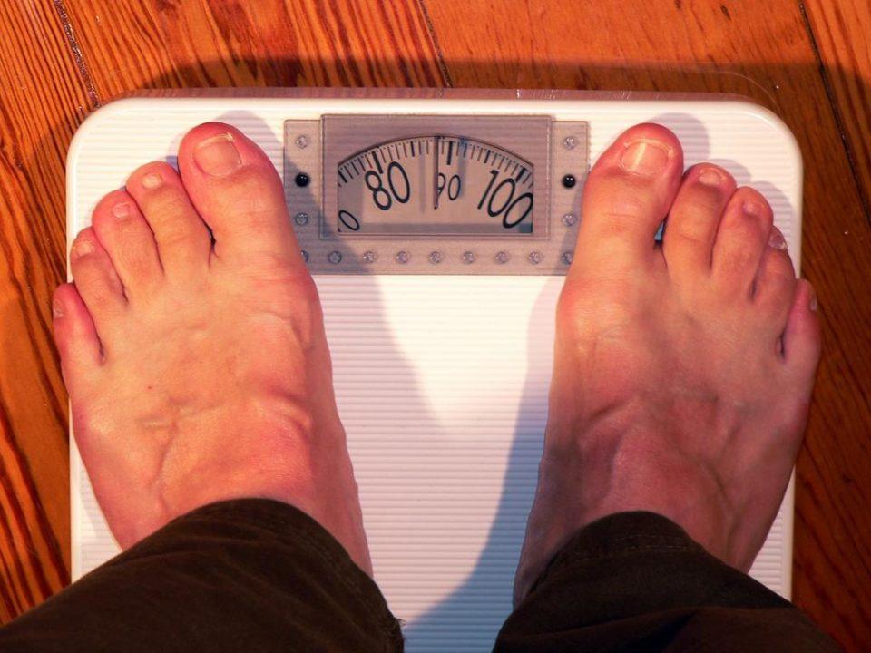 o ganho de peso repentino pode ser um sintoma de disfunções da tireoide, condição que causa a queda capilar