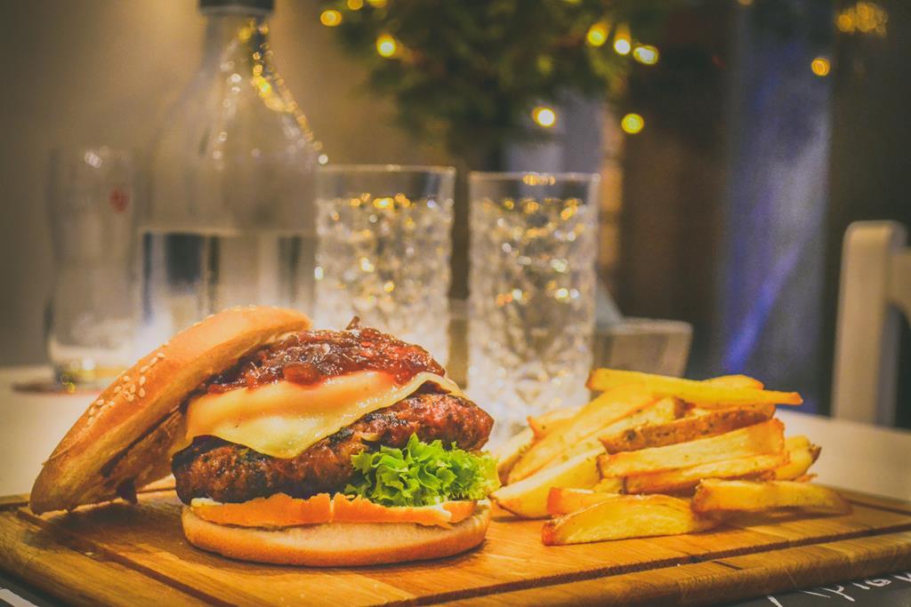 embora muitas pessoas não saibam, ingerir muitos alimentos gordurosos estimula as glândulas capilares a produzirem mais óleo