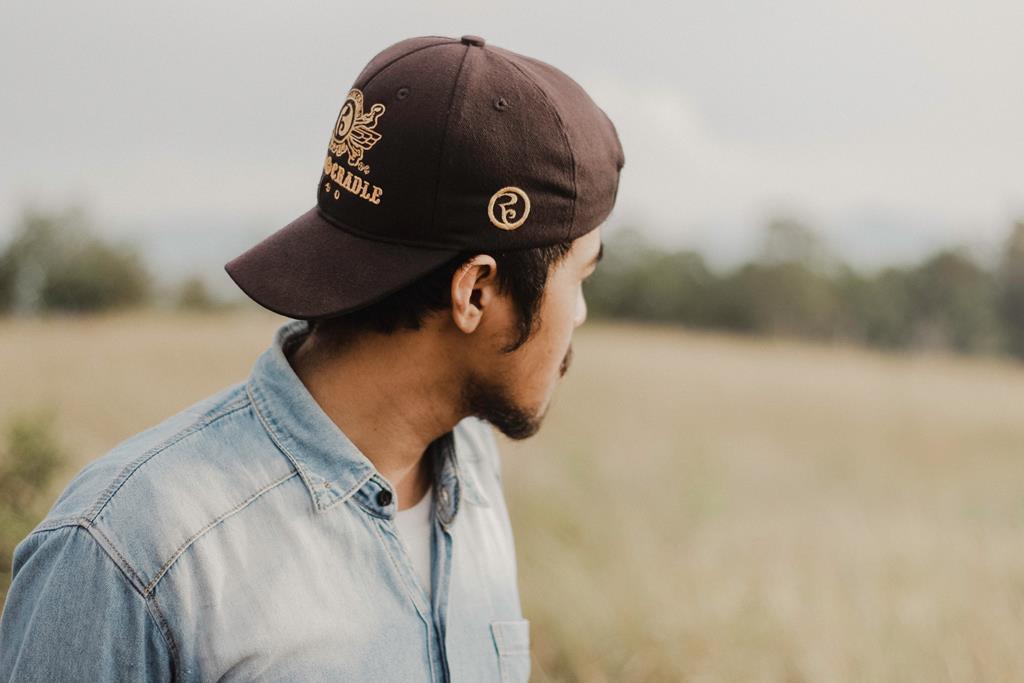 uma das causas mais comuns da caspa é o uso constante de chapéus e bonés