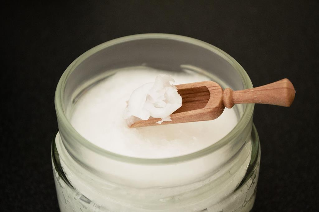 o óleo de coco é usado como remédio caseiro principalmente para amolecer a crosta da caspa e por suas propriedades antimicrobiana