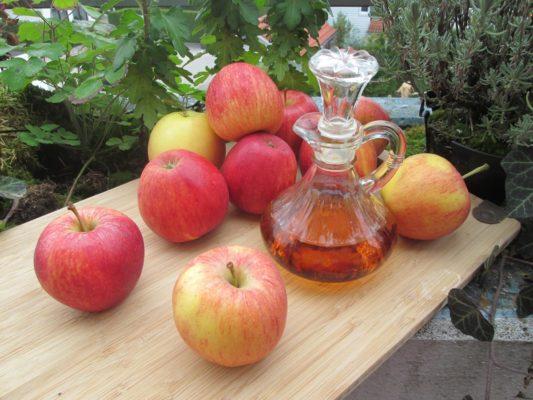 Por ter o pH ácido, o vinagre de maçã possui o poder de selar a cutícula dos fios. O resultado é um cabelo alinhado, com brilho e sem frizz.