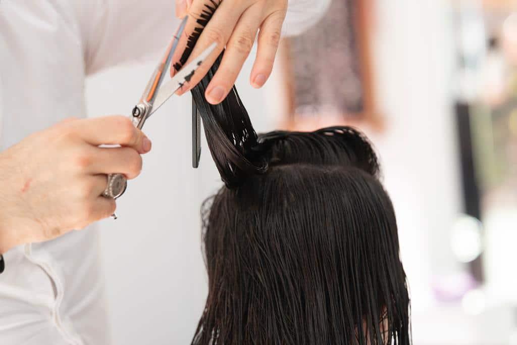 para manter os cabelos sempre saudáveis e definidos você deve aparar as pontas no mínimo a cada 2 meses
