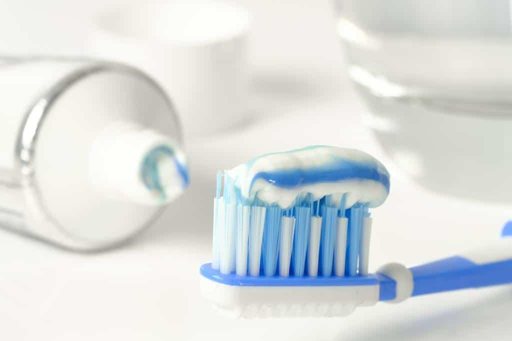 aplique a pasta de dente direto na mancha e faça movimento circulares para ajudar a remover o excesso de tinta