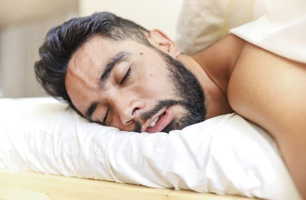homem barbudo dormindo