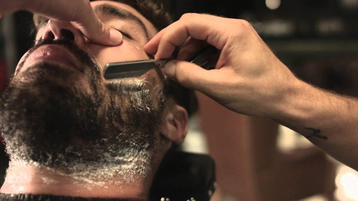 homem fazendo a barba no barbeiro