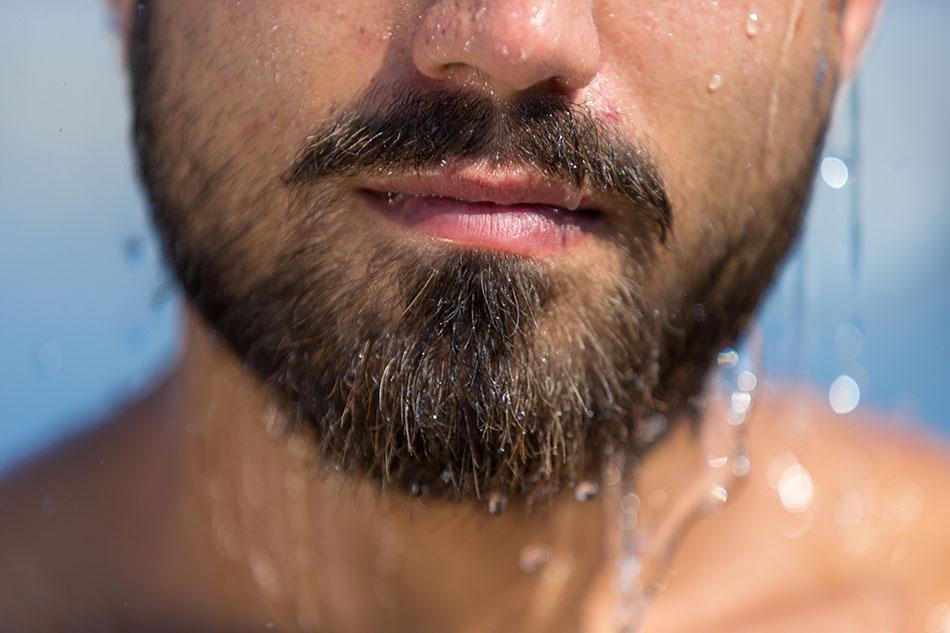 barba sendo molhada