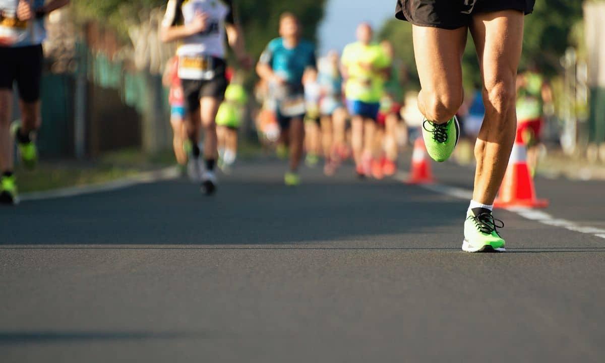 se você estiver correndo uma maratona, mesmo treinado, seu corpo começa a produzir uma grande quantidade de radicais livres devido a esse esforço, e um dos efeitos pode ser queda de cabelo.