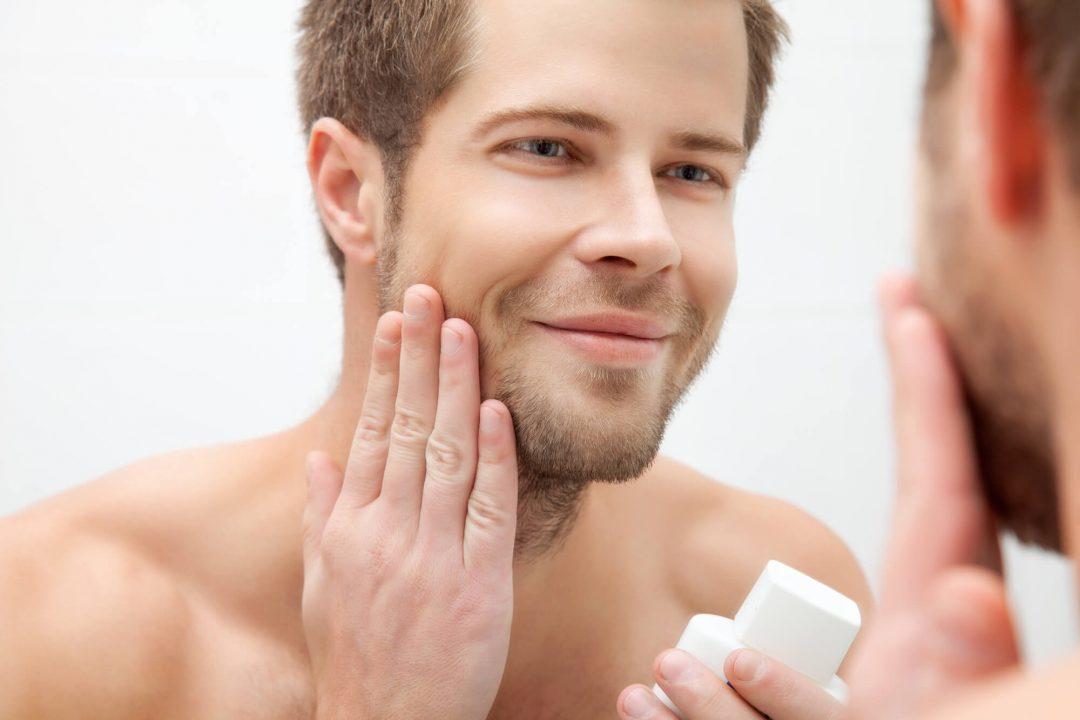 homem massageando a barba