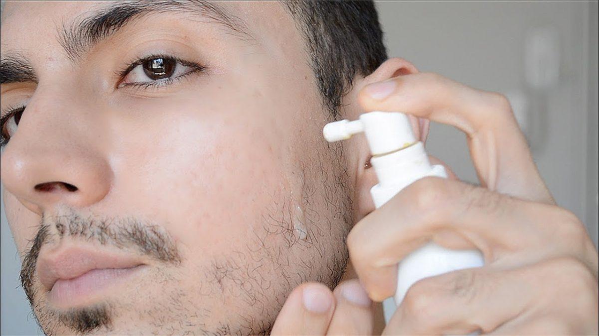 homem espalhando aloxidil na barba
