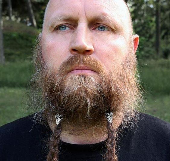 homem com barba viking e tranças